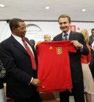 Zapatero_hace_entrega_de_camisas_de_la_seleccion_espanola_a_los_lideres_africanos